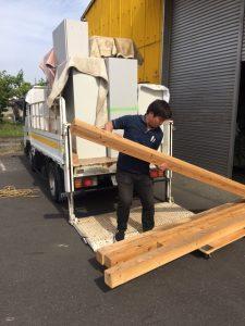 オフィス家具入荷&木材を運ぶ野田君(´・ω・`)